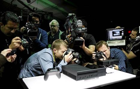 Toimittajat ja valokuvaajat kuvasivat uutta Xbox One -pelikonsolia sen julkistustilaisuudessa Redmondissa viime tiistaina.