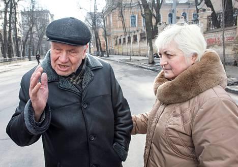 """Viktor Andrejevitš seurasi verilöylyä kotinsa ikkunasta. Hän kuvaili poliisien puolelta tulleita aseistautuneita joukkoja voimakasrakenteisiksi. """"Palkkasotureiden näköisiä."""" Hänen vaimonsa ei halunnut nimeään julki."""