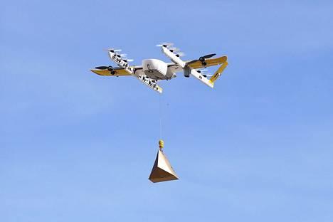 Kalifornialaisen Wing-yhtiön lennokki kuljetti lohisalaattia perjantaina Helsingin Vuosaaressa.
