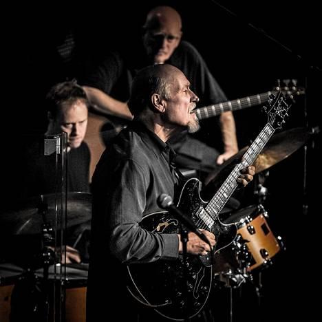 Bill Stewart (vas.), John Scofield ja Steve Swallow ovat samanmielisiä muusikoita, jotka kannustavat toisiaan.