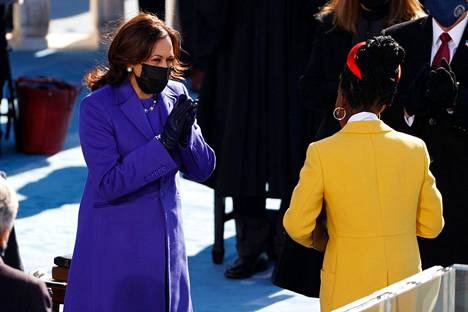 Varapresidentti Kamala Harris antoi suosionosoituksensa Amanda Gormanin esitykselle.