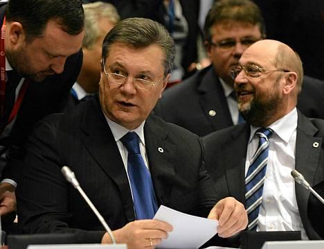 Viktor Janukovytš (vas.) istui Euroopan parlamentin puhemiehen Martin Schulzin kanssa Euroopan unionin itäisten kumppaneiden huippukokouksessa Vilnassa viime perjantaina.