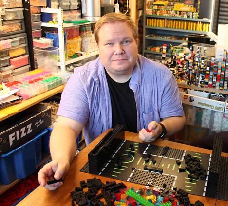 """Lego-harrastaja Ville Vanhatalo kertoo, että Legojen kasailu koronapandemian aikana on """"yllättävän terapeuttista puuhaa""""."""