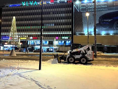 Kaivokatu Helsingissä varhain maanantaiaamuna.