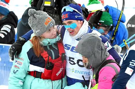 Miska Poikkimäki tarvitsi Suomen joukkueen lääkintähuollon apua poistuessaan maalikarsinasta.