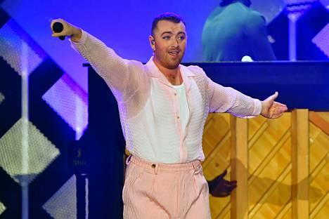 Muunsukupuoliseksi identifioituva laulaja Sam Smith pyysi fanejaan käyttämään itsestään they-pronominia.