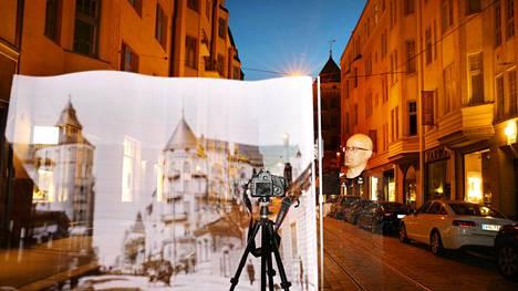 Jukka Laine valomaalasi Bulevardin ja Fredrikinkadun kulmaan valokuvaaja Signe Branderin vuonna 1907 samalta paikalta ottaman valokuvan. Brander oli tunnettu Helsingin muuttuvan kaupunkikuvan kuvaaja 1900-luvun alkuaikoina.