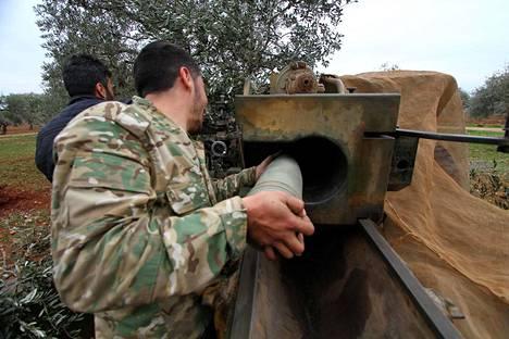 Syyrian kapinallisjoukot latasivat aseitaan Talhiyehin kylässä Idlibin alueella perjantaina.