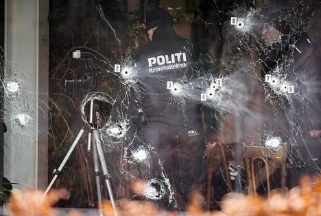 Poliisi tutki hyökkäyspaikkaa sunnuntaina Kööpenhaminassa.