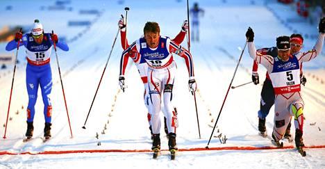 Petter Northug saalisti kultamitalin jännittävän loppukamppailun jälkeen.