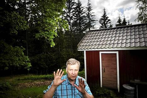 Espoon ja Vihdin raja kulkee Tero Selvisen tontin reunassa Nuuksiossa. Mies perheineen asuu Vihdissä, mutta kaikki naapurit ovat espoolaisia.