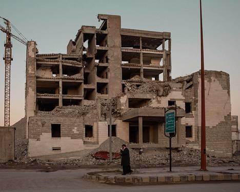 Sodissa kuolee paljon ihmisiä. Syyriassa Raqqassa kaupunki on raunioitunut vuosia kestäneessä sisällissodassa.