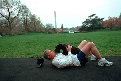 George W. Bush ja hänen koiransa Barney Valkoisen talon pihamaalla huhtikuussa 2001.