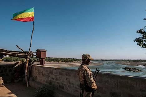 Amharan erikoisjoukkojen jäsen vartioi Etiopian Eritrean-vastaisella rajalla Humerassa sunnuntaina 22. marraskuuta.