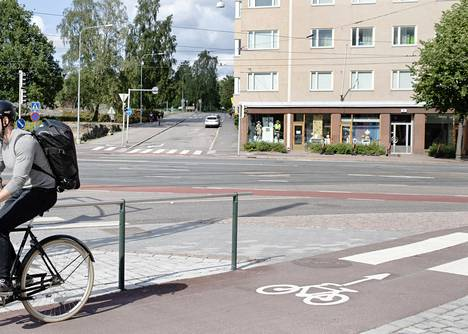 Yksisuuntaiset pyörätiet tunnistaa tienpintaan maalatusta pyörän kuvasta ja nuolesta.