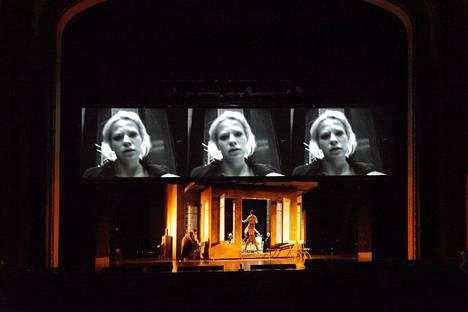 Emmi Parviainen (ruuduilla) näytteli Kansallisteatterin huikeassa Kolmessa sisaressa Mašaa.
