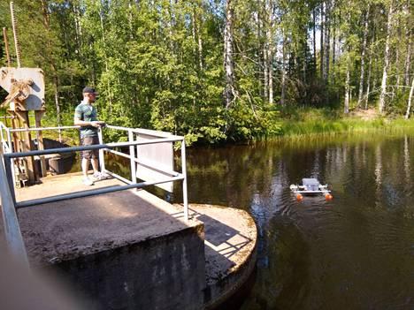 Antti Suanto ohjasi ensimmäisellä etintäkerralla venettä, jossa on viistokaikuluotain.