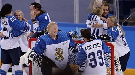 Suomen pelaajat halasivat toisiaan olympiapronssin jälkeen liikuttuneina.