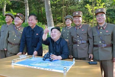 Pohjois-Korean valtiollinen uutistoimisto välitti maanantaina kuvan, jossa maan johtajan Kim Jong-unin kerrotaan seuraavan Pukguksong-2-ohjuksen testilaukaisua.