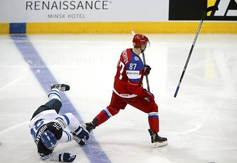 Vadim Šipatšev taklasi Pekka Jormakkaa päähän.