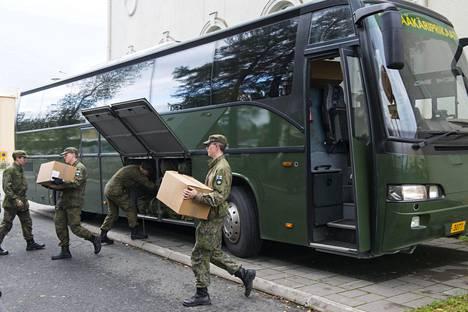 Varusmiehiä syyskuussa Torniossa, jossa he avustivat pakolaisten järjestelykeskuksessa.