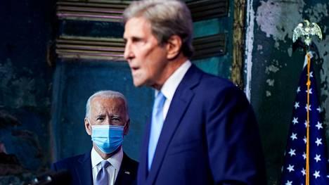 Yhdysvaltojen tuleva presidentti Joe Biden kuunteli marraskuussa Delawaressa ilmastoasioiden erikoislähettilääksi valitun John Kerryn puhetta.