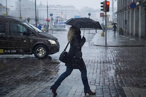 Helsingin Esplanadilla satoi räntää huhtikuussa 2017.