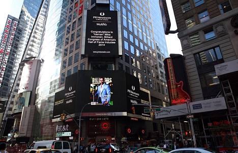 """Mika Immonen nappasi tämän valokuvan itse Times Squarelta valotaulusta. """"""""On se kova juttu"""", hän sanoi."""