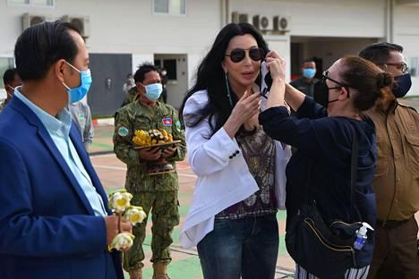 Kambodžan varaympäristöministeri Neth Pheaktra (vasemmalla) ja laulaja Cher (keskellä) vastaanottivat Kaavan-norsun Siem Reapin kansainvälisellä lentokentällä.