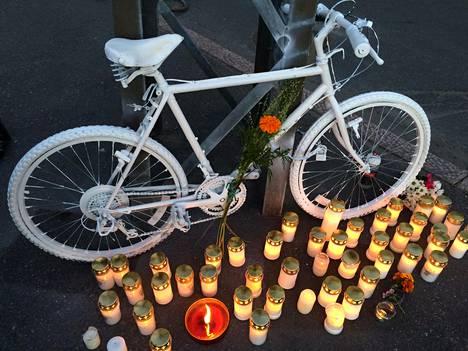 Kynttilät onnettomuudessa kuolleen pyöräilijän muistolle syttyivät Helsingin Meilahdessa torstaina. Kuva on lukijan lähettämä.