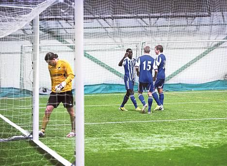 Hongan maalivahti Tuomas Peltonen (vas.) sai pettyä neljästi. HJK:n 2–0-maalia juhlivat maalintekijä Demba Savage, Akseli Pelvas ja Robin Lod.