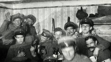 Jääkäreitä vapaalla Latvian Liepājassa todennäköisesti vuonna 1917.
