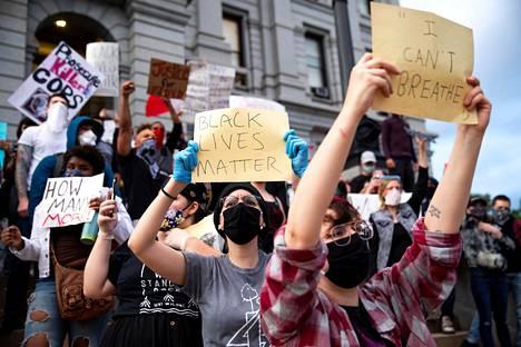 Mielenosoitukset levisivät myös Denveriin. Kuva on otettu torstaina.