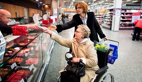 """Ritva Huhtala-Rumvolt osti tiistaina Tammiston K-citymarketista karitsan paahtopaistia, joka oli tuotu Uudesta-Seelannista. Palan hinnaksi tuli kuusi euroa. """"Lammasta olen syönyt nyt viime vuosikymmeninä enemmän kuin silloin, kun oli perhettä. Lammas oli silloin mahdottoman kallista"""", Huhtala-Rumvolt kertoo. Ostoksilla oli myös tytär Tiina Turunen."""