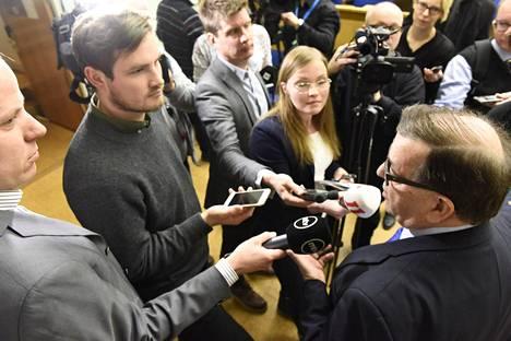 Paavo Väyrynen järjesti tiedotustilaisuuden Helsingissä maanantaina.