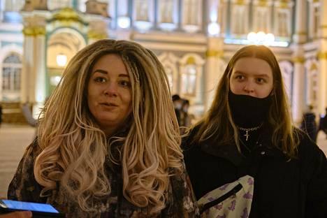 Sairaanhoitaja Jekaterina Zaitseva (vas.) ja Jelizaveta Panasenko ovat vähentäneet ulkonakäymistä viruksen vuoksi.