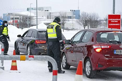 Rajavartijat tarkistavat autoilijoiden henkilöllisyystodistuksia Suomen ja Ruotsin rajalla, Tornion ja Haaparannan välisellä rajanylityspaikalla tammikuussa.