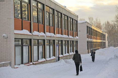 Kaitaan lukiossa Espoossa opiskelijat ovat etäopetuksessa. Abeilla on lupa osallistua lähiopetukseen niin halutessaan. Ennen kirjoituksia heillä on kuitenkin lukuloma, jonka aikana heille suositellaan omaehtoista karanteenia.