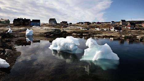 Grönlannin kylät ja kaupungit olivat jo ennen koronaa eristyksissä toisistaan. Teitä ei ole, vaan kylästä toiseen on liikuttava vesitse, helikopterilla tai pienlentokoneella. Kuvassa 30 asukkaan kalastajakylä Oqaatsut Grönlannin napapiirillä.