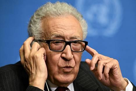 YK:n Syyrian lähettiläs Lakhdar Brahimi osallistui tiedotustilaisuuteen  Genevessä 5. marraskuuta.
