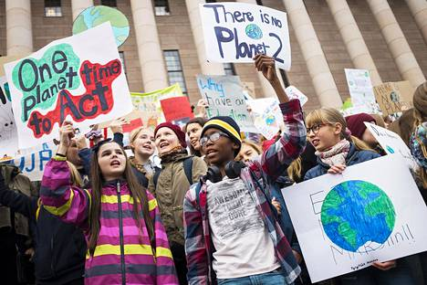 Ilmastonmuutos on suomalaisten nuorten suurin huolenaihe, kertoo Sanomalehtien liiton tekemä tutkimus. Iso osa nuorista on kuitenkin sitä mieltä, ettei heidän äänensä kuulu riittävästi ilmastonmuutokseen liittyvässä keskustelussa. Lähes puolet kyselyyn osallistuneista ajattelee myös, että ilmastonmuutoksesta puhutaan liikaa ja pelotellen.