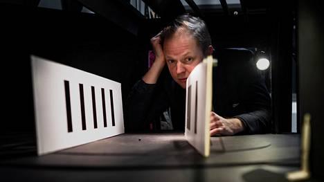 Lavastaja Antti Mattilan tärkein työkalu on edelleen perinteinen pienoismalli. Mattila kuvattiin työhuoneessaan Helsingin kaupunginteatterissa.
