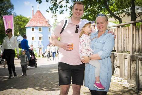 Jari-Pekka, Henna ja Oona Laitinen lähtivät kesälomamatkalle neljävuotiaan Oonan tekemän kesän toivelistan saattelemana. Muumimaailma oli listan kärkisijoilla, ja perhe koki, että sinne oli turvallista matkustaa. Perhe aikoi jatkaa matkaansa vielä Turkuun Caribian kylpylään.