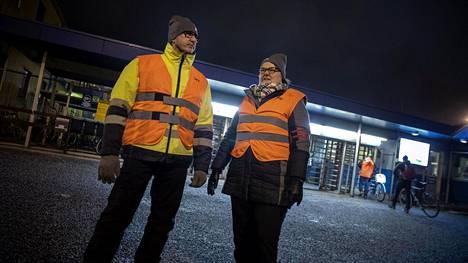 Ammattiliitto Pron lakkovahdit Rami Helander ja Tuija Skippari vartioivat Meyer Turun telakan pääportilla 10. helmikuuta 2020, jolloin alkoi lakko teknologiateollisuudessa.