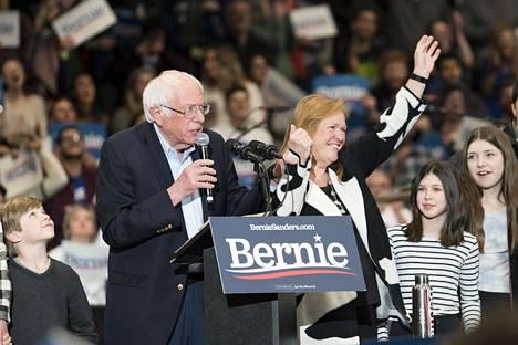 Bernie Sandersin perhettä oli mukana lavalla. Sandersin vieressä vaimo Jane O'Meara Sanders.