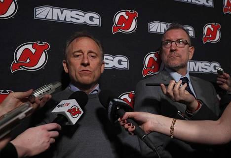 New Jersey Devilsin omistaja Joshua Harris (vas.) joutui vastailemaan antamistaan potkuista. Vieressä Tom Fitzgerald, joka nousee tilapäiseksi GM:ksi.