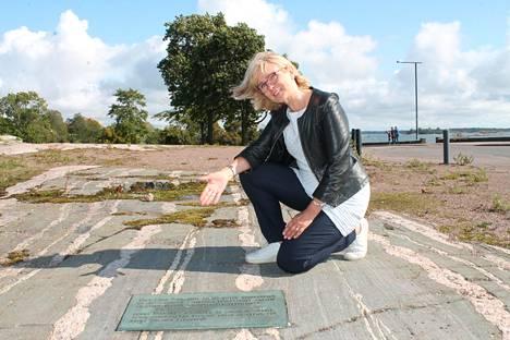 Päivi Kippo-Edlund esittelee migmatiittipaljastumaa Kaivopuiston kalliossa.