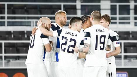 Suomen pelaajat juhlivat Teemu Pukin maalia kotiottelussa Bosnia ja Hertsegovinaa vastaan.