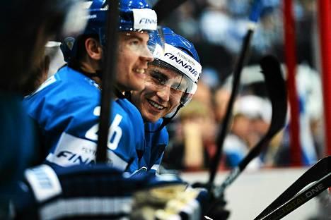 Valtteri Filppula ja Jarkko Immonen naureskelivat vaihtoaitiossa.