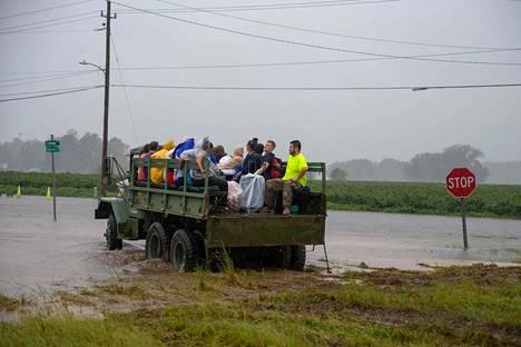 Vapaaehtoisen pelastusryhmän kuorma-auto kuljetti vanhainkodin asukkaita turvaan tulva-alueelta Lumbertonissa lauantaina.